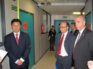 Du Zhangyuan (the Chinese Deputy-Minister of Education), Javier del Río (Vice-chancellor for Organization and Communication) and Juan Ferrera (Vice-Chancellor for Institutional and International Relationship) visit the laboratories of VISAVET Health Surveillance Centre