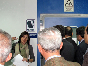 Iranien poultry specialist listen to Sonia Téllez, the responsible for teaching at VISAVET